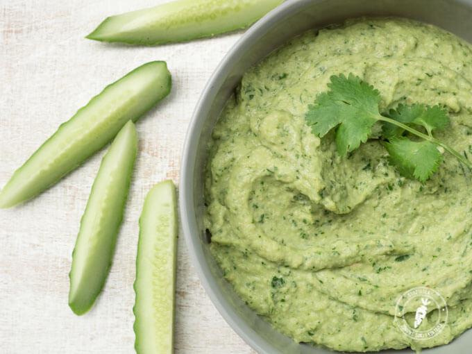 Zielony i bardzo aromatyczny hummus z kolendrą i pietruszką