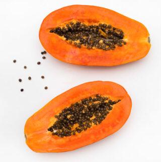 Jak jeść papaję? To delikatnie słodki owoc który znakomicie sprawdza się w zielonych koktajlach.