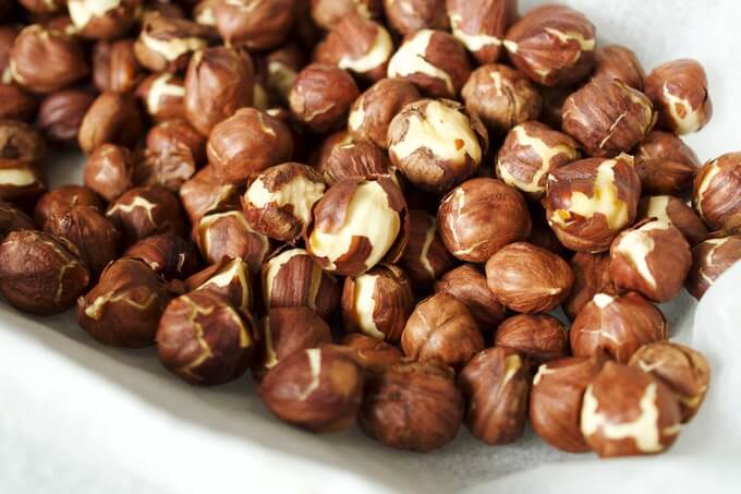 prażone orzechy to idealny składnik zdrowego kremu czekoladowego czyli domowej nutelli