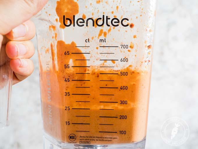 Wystarczy zblendować pieczoną paprykę z orzechami i czosnkiem by powstał aromatyczny sos do makaronu