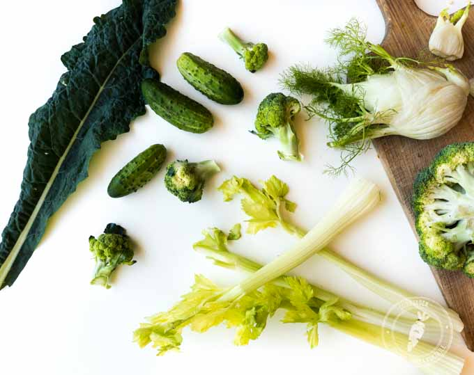 składniki na zielony sok: brokuł, ogórek, seler naciowy, koper włoski, imbir