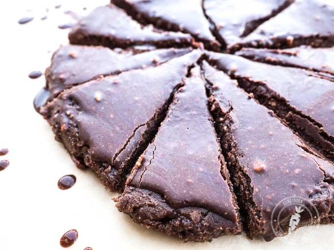 Składniki brownie: świeże daktyle, świeże orzechy włoskie, surowe kakao, syrop klonowy, olej kokosowy.