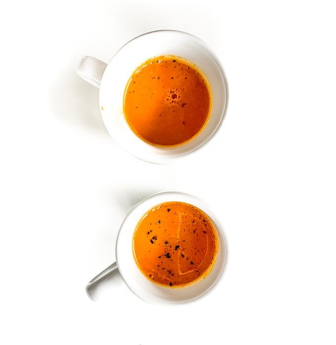składniki: 4 marchewki, 1 pomarańcza, 1 jabłko, kawałek świeżego kłącza kurkumy (2-3 cm) oraz czarny pieprz. Wszystkie składniki poza pieprzem umieść w wolnoobrotowej wyciskarce i na koniec posyp zmielonym pieprzem.
