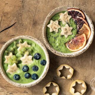 smoothie bowl ze szpinakiem, kiwi, bananem i sokiem z brzozy