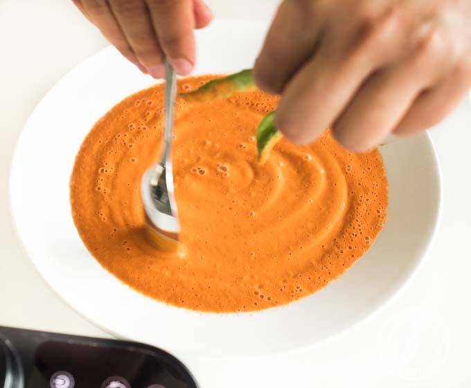 Wystarczą 3 minuty by ze świeżych warzyw przygotować gorącą zupę krem
