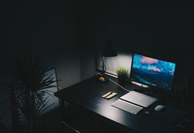 Brak melatoniny dotyka osoby starsze i do późna oglądające telewizję lub pracujące przy komputerze