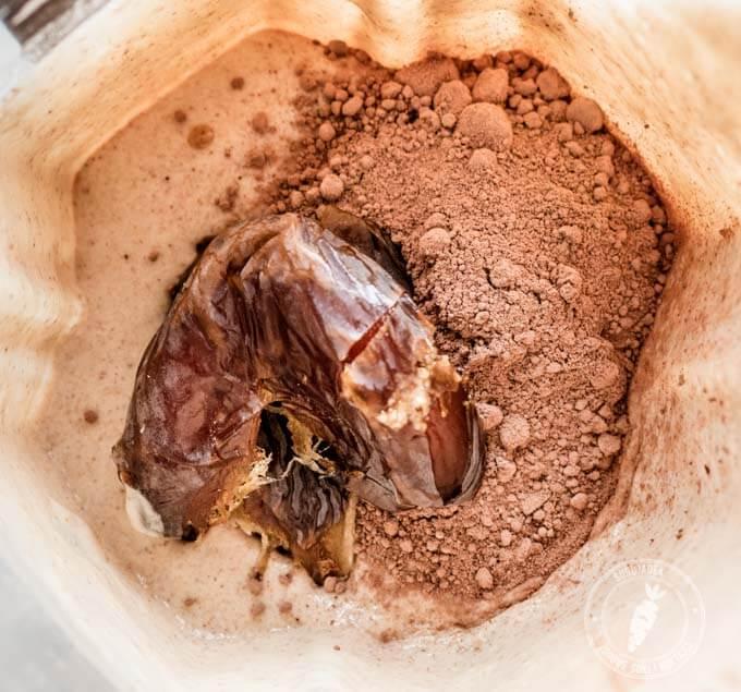 Prosty przepis na krem czekoladowy z kaszy jaglanej, surowego kakao, masła orzechowego i świeżych daktyli
