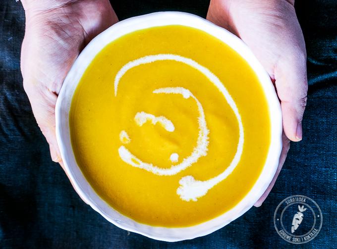 Jeśli lubisz zupy kremowe z dodatkiem śmietany możesz również do tej zupy marchewkowej dodać 2-3 łyżki mleka kokosowego.