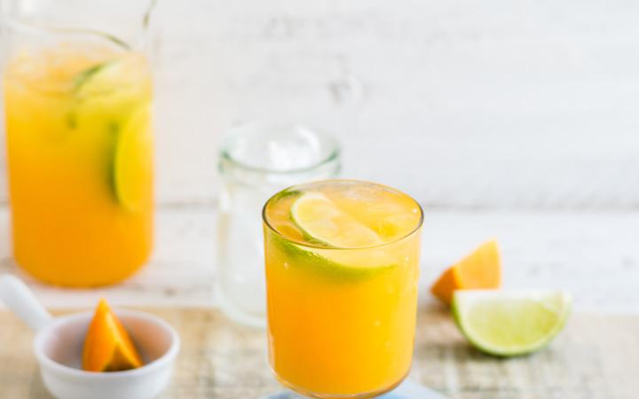 shot przygotowany na bazie soku z owocowego z dodatkiem kurkumy, cynamonu, goździków i octu jabłkowego.