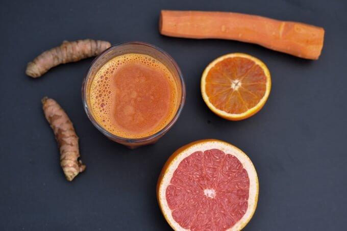 pyszny sok z kurkumy i marchewki