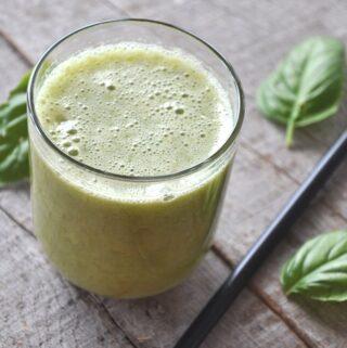 zdrowy zielony sok z bazylia