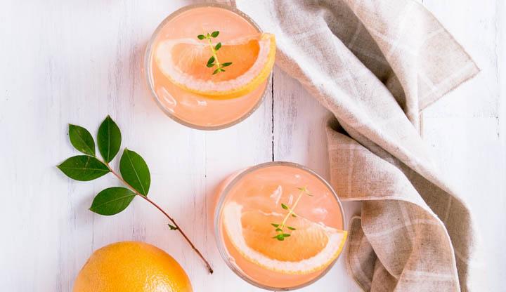 Wystarczy wycisnąć sok z grejpfruta i dodać do niego wodę gazowaną, ocet jabłkowy i odrobinę syropu klonowego. Smaczny i zdrowy energy drink gotowy.
