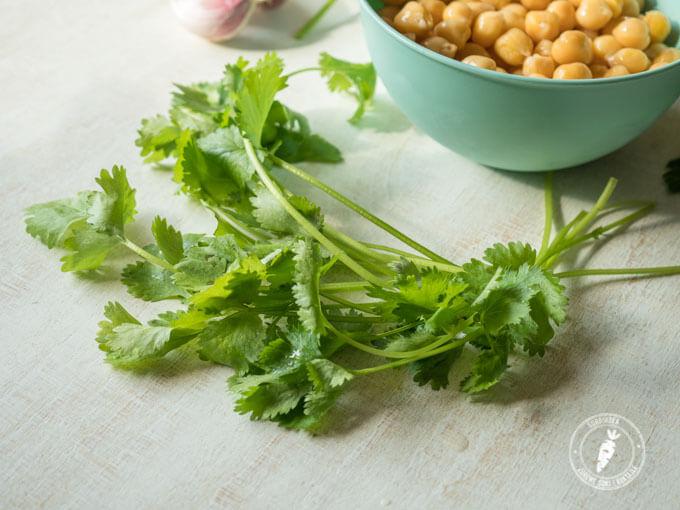 kolendra to idealny dodatek do pasty z ciecierzycy czyli hummusu