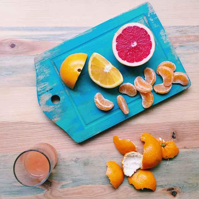 Zamiast skupiać się na jednej witaminie czy minerale w postaci suplementu warto zadbać o pełnowartościową dietę bogatą w świeże owoce i warzywa