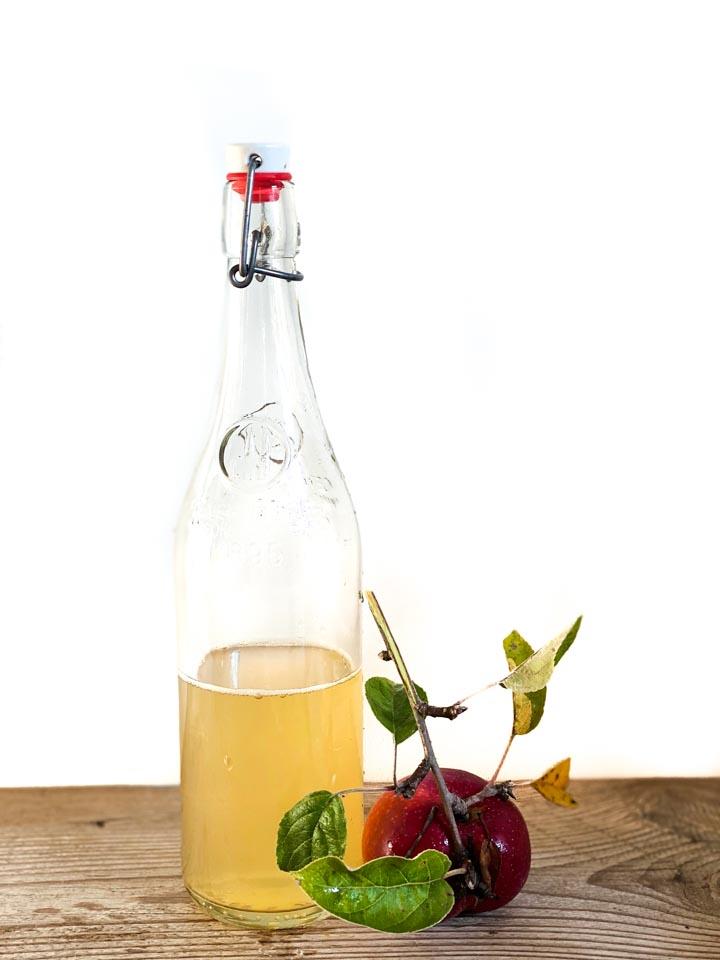 Jak przygotować tonik z octu jabłkowego?  Na 1 porcję octu jabłkowego dodaj 2 porcje wody. Twarz przemywaj rano i wieczorem zwilżonym wacikiem.