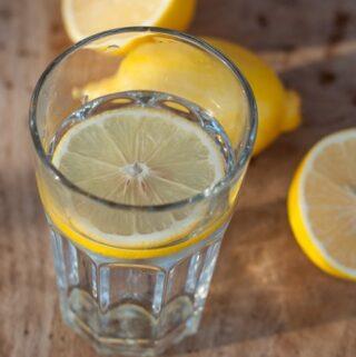 woda z cytryną na zdrowie