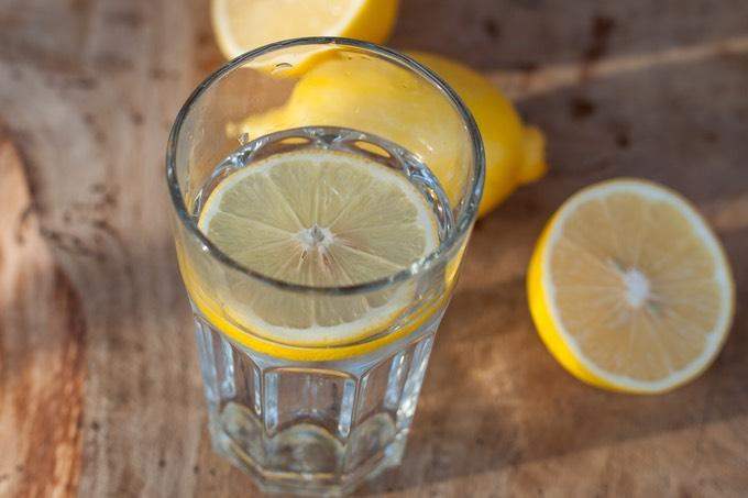 Woda z cytryną. 8 powodów by zacząć od niej dzień