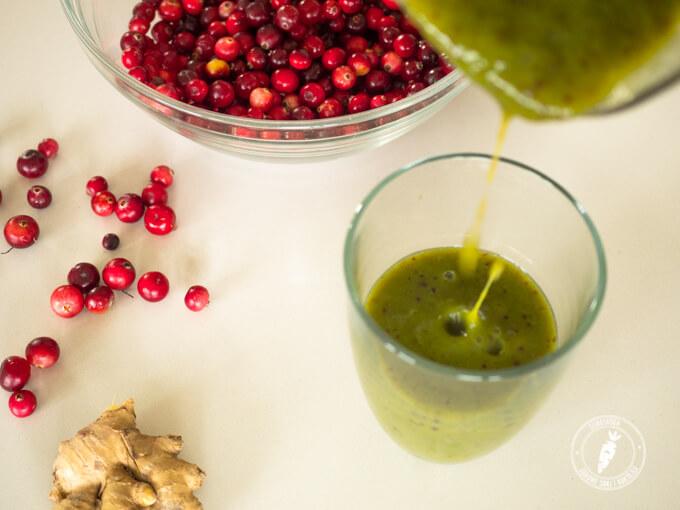 owoce żurawiny są lekko kwaskowate dlatego świeżo wyciskany sok i koktajl to najlepszy sposób na włączenie żurawiny do diety
