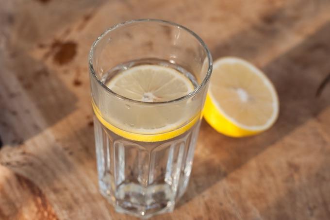 woda z cytryną na czczo dodaje energii, oczyszcza organizm i ułatwia trawienie
