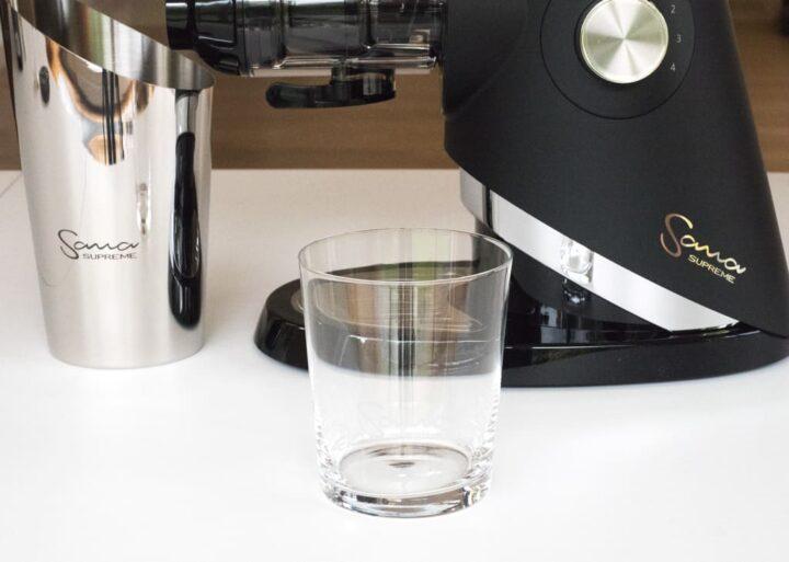 szklany pojemnik na sok i stalowy na pulpę