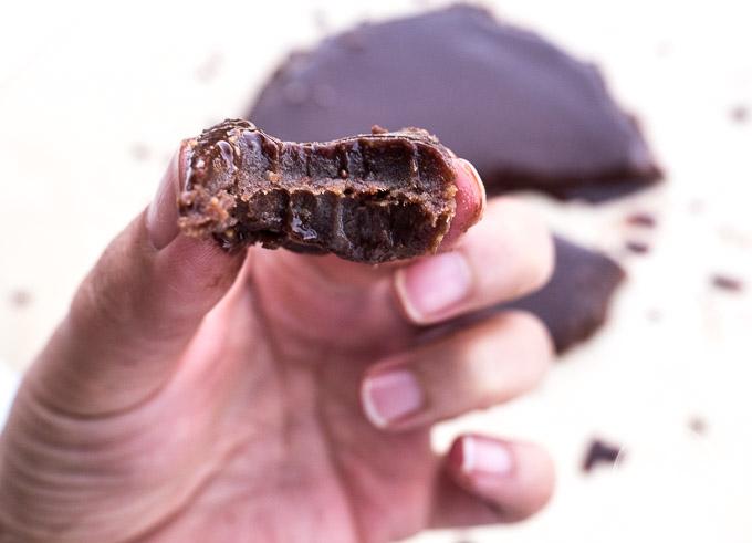 Dzięki dużej zawartości świeżych daktyli i orzechów to ciasto czekoladowe jest pełne naturalnej słodyczy, zdrowych tłuszczów i błonnika
