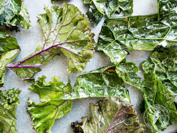 Umyj liście jarmużu, poszarp je rękami na kawałki wielkości chipsów.