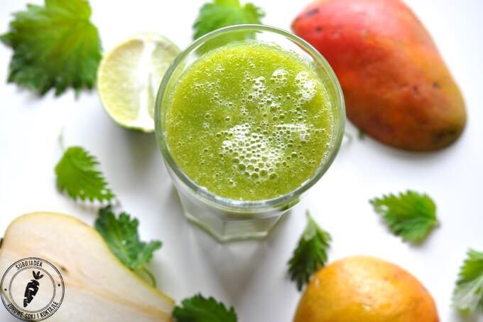 Wiosenny zielony koktajl z pokrzywą i mango