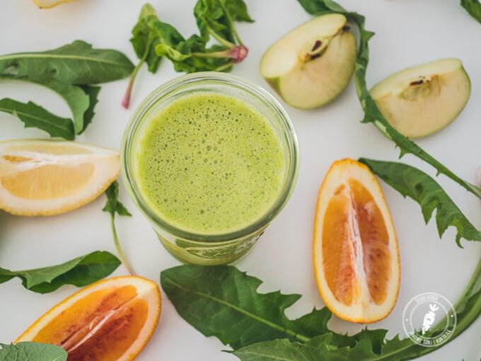 pomarańcza, mlecz, jabłko i szpinak w zielonym koktajlu oczyszczającym