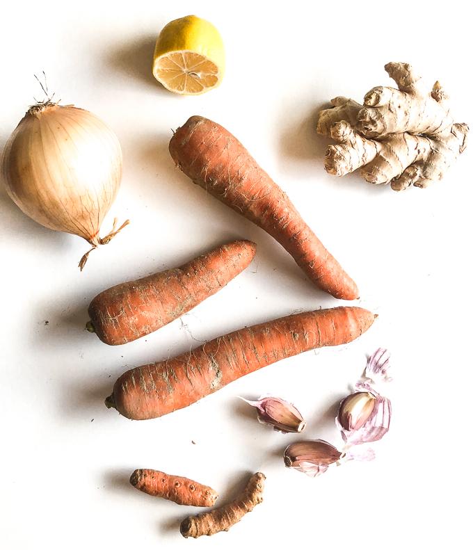 Wystarczy podsmażyć warzywa z kurkumą i imbirem , ugotować i zblendować na gładki krem z marchewki